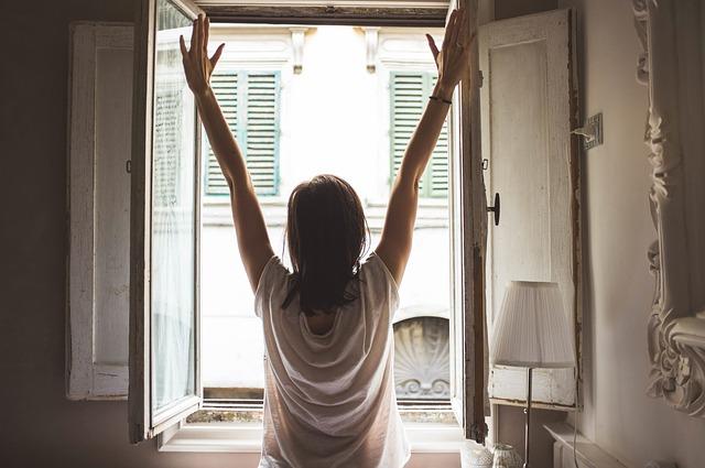 窓を開けた女性